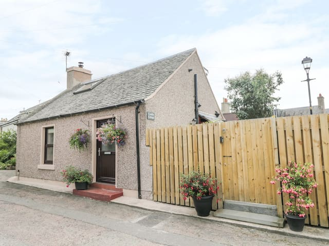 CUDDLE COTTAGE, with hot tub in Nairn, Ref 972972