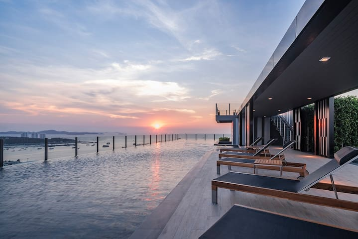 ❀ THE BASE❀ Central Condo infinity pool!