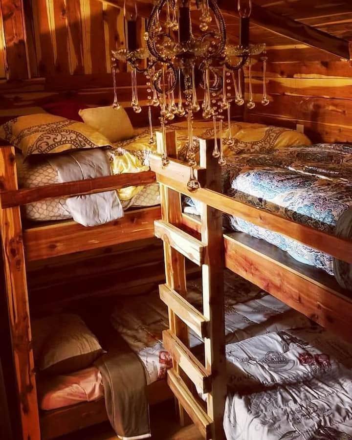 Wildvine Homestead  / Rustic Cozy Cabin