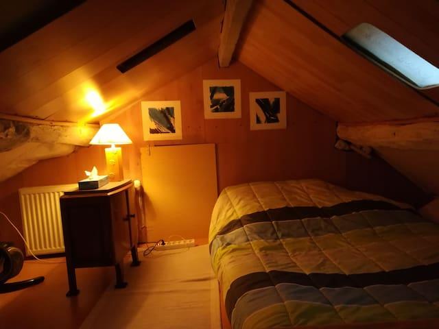 Chambre 17 m2 sous combles. Matelas au sol. H=1,5m