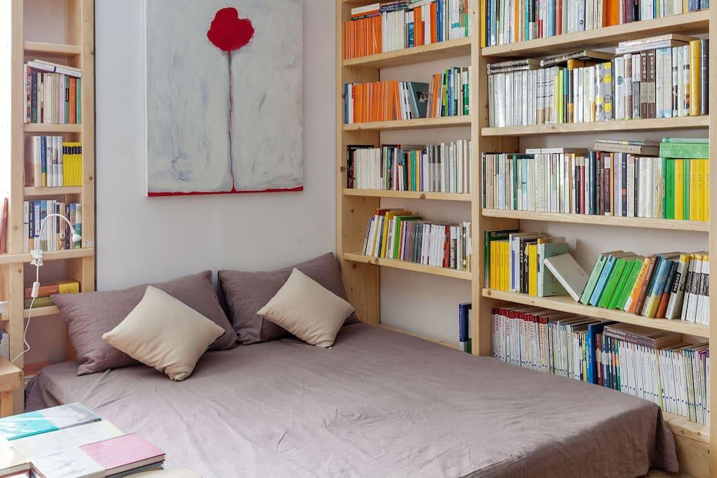 如果当晚只有一人入住,两张沙发床是可以拼作一张大床的,再在上面铺一张床垫和床单,这样就大功告成了。