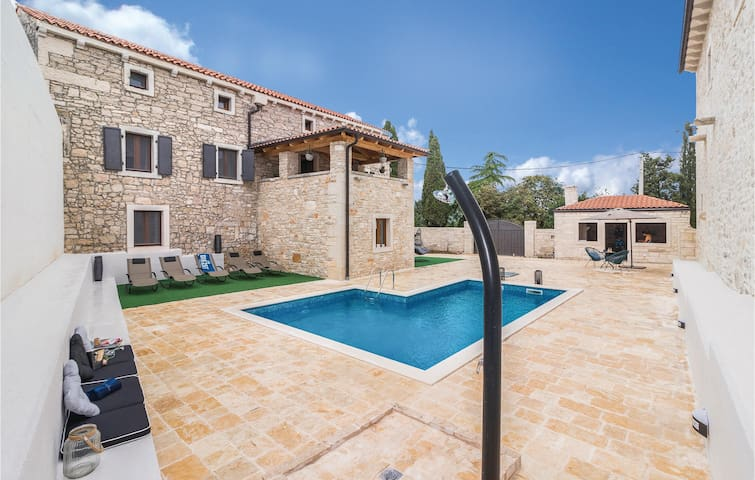 Semi-Detached with 5 bedrooms on 211 m²