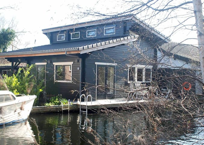 Waterside cottage, easy access to Amsterdam