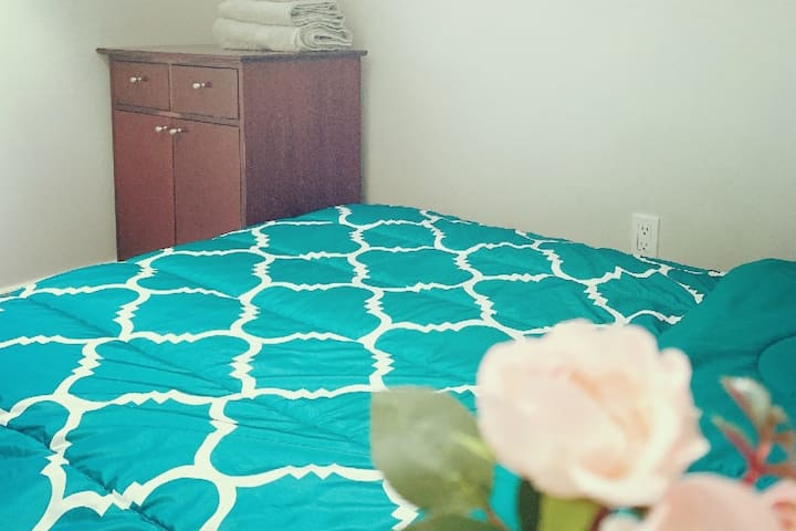 Adorable Room near Pearson Airport 2, 35+% off Mar