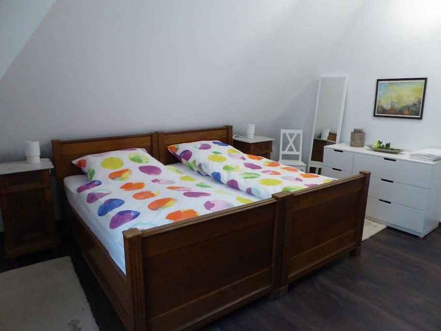 Schlafzimmer mit Doppelbett (B=2,00m, L=1,85m)