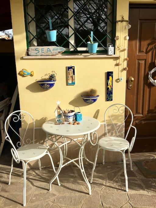 tavolino all' esterno della casa