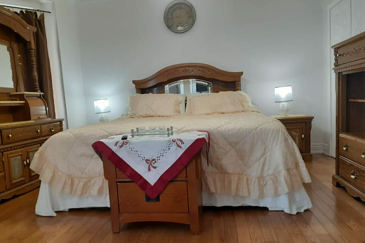 PRIVATE ROOM WITH 1/2 BATHROOM (KING SIZE BED)