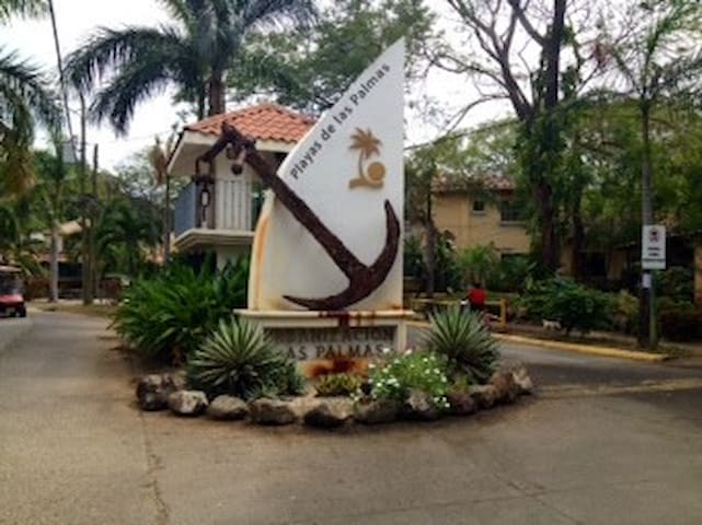 WALK to Beach and Town/ Secure , Pool, Laundry - Coco - Condominio