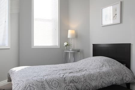 YYC $ Single Bed FREE Breakfast!!! - Calgary - House