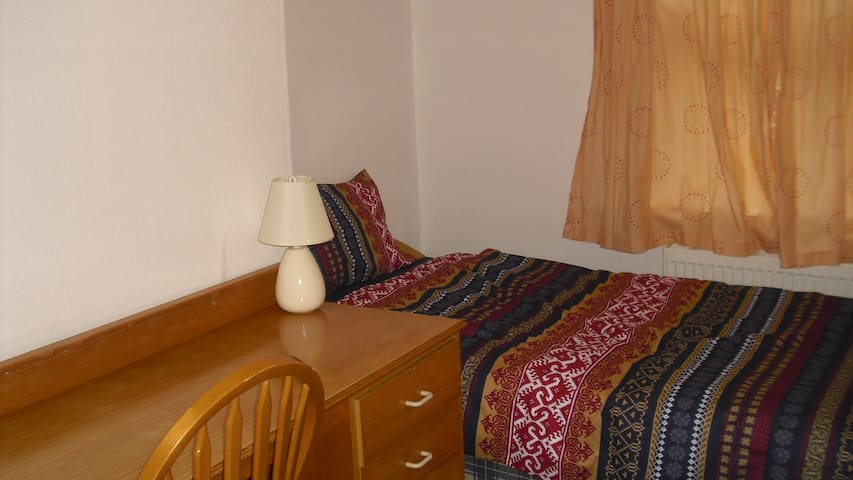 Twin room in an attractive flat in Bournemouth