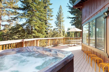 Contemporary & comfortable home w/private hot tub, fireplace & WiFi