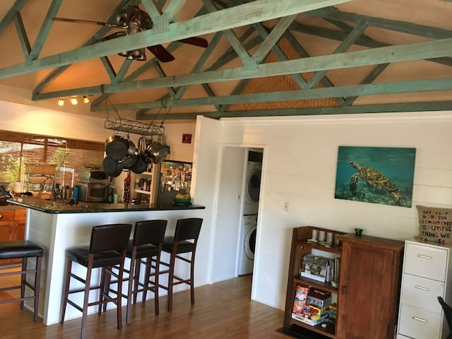 Coastal Gem, Ideal location- Summer Special-$375 - Paia - Dom