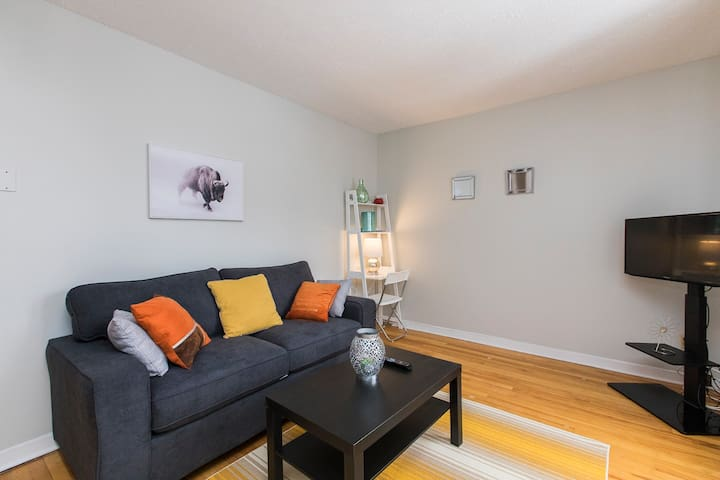New 2 Bdrm Getaway-Free Parking! Mins to Downtown