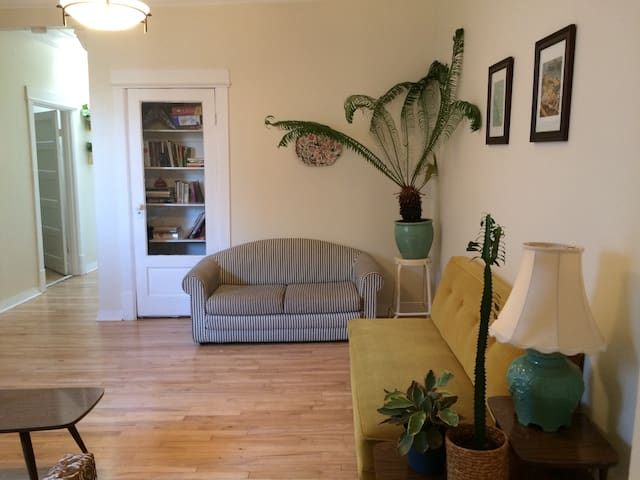 Cozy Bedroom in Classic Mile End Apartment! - Montréal - Appartement