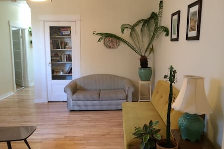 Cozy Bedroom in Classic Mile End Apartment! - Montreal - Apartamento