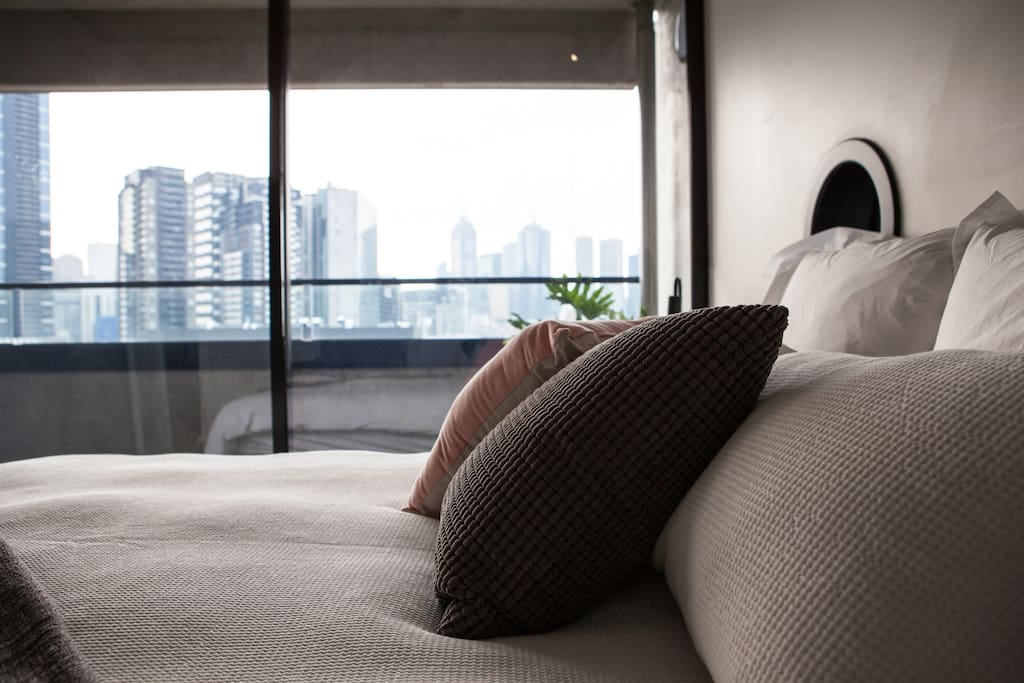 Super comfy master bed & amazing city skyline views