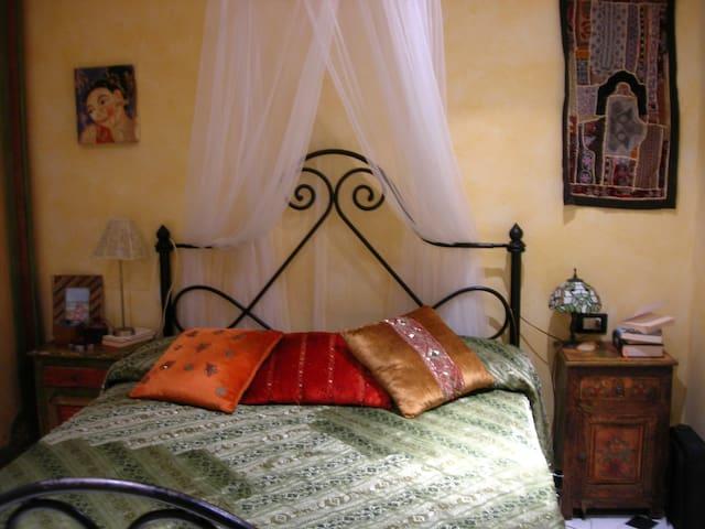 Camera da letto - Bedroom, letto matrimoniale una piazza e mezza (140x200),  double bed small size (140x200)