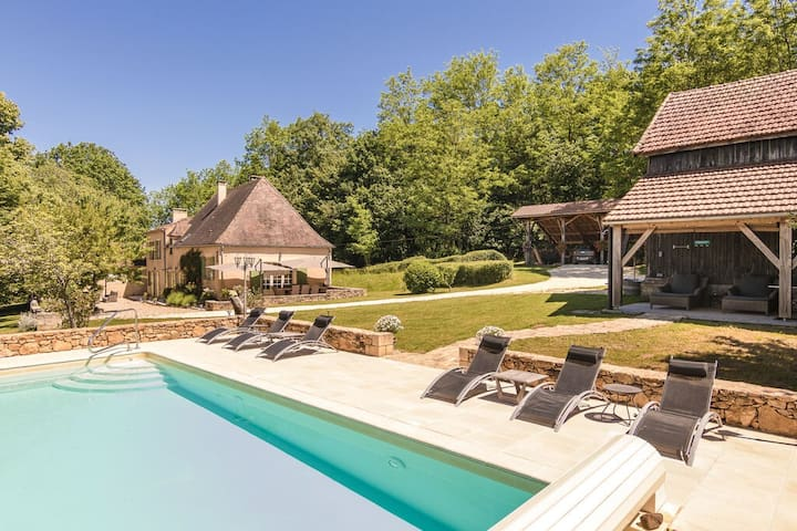 Charming and luxurious farmhouse with private pool