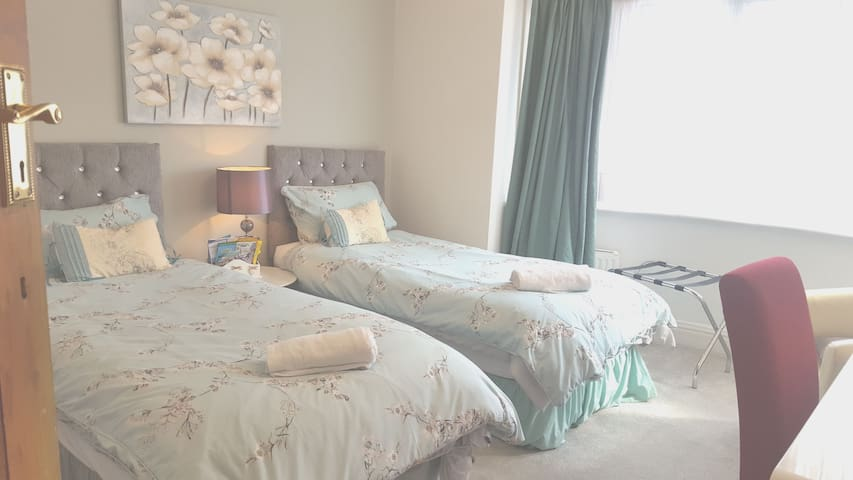 Spacious room  Single or 2 single beds , CAN BE ADJOINED, wardrobe,  chest, desk, tea,coffee,kettle.  Facing quiet park ( parking)   2min to Coop   Kitchen for microwave