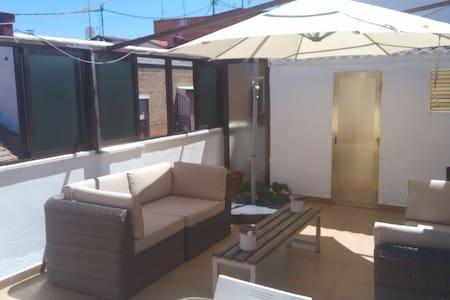 One stop from Atocha, spacious flat w/big terrace - Apartamento