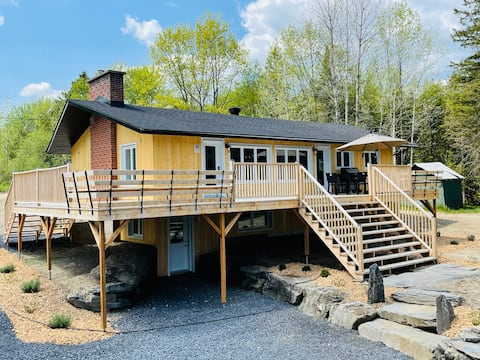 Cottage with private lake in the Eastern Townships