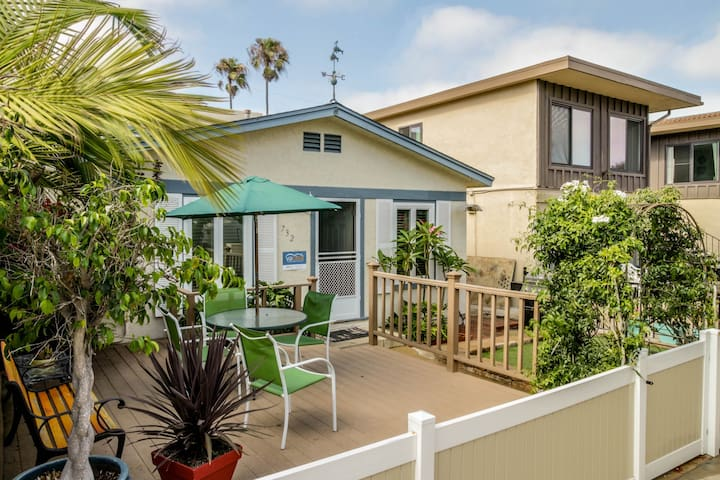 Relaxing beach cottage w/fenced-in patio & BBQ set. Just blocks from boardwalk!