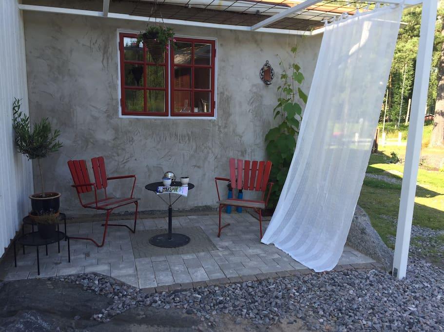 Mysig veranda att avnjuta morgonkaffet på
