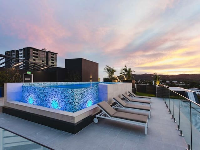2 Bedroom Apartment in Toowong (Rooftop pool!)