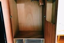 Big closet with hangers ( one more closet on the other side ) You can put your suitcase inside. 大容量のクローゼットはスーツケースを入れてお使い頂けます。(同じクローゼットが反対側にももう一つあります)