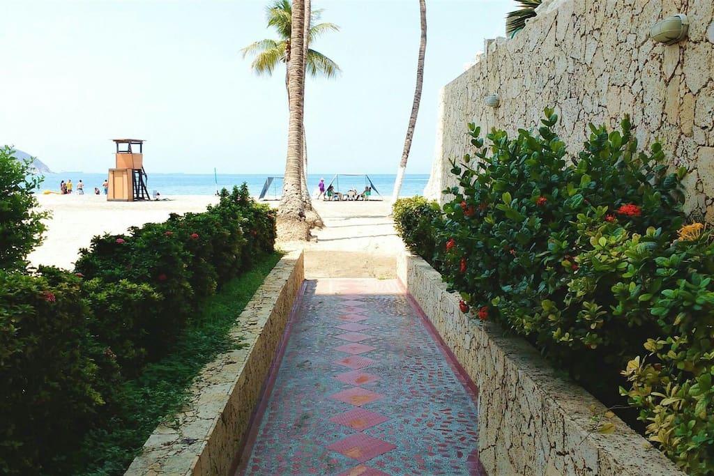 salida directa a la playa, sin calles en el medio