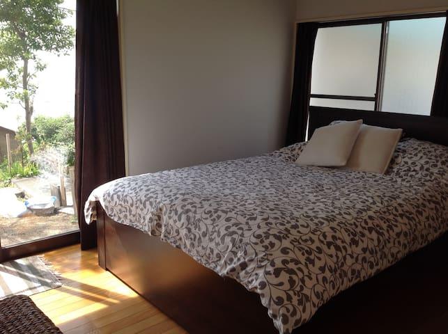 Bed roomからも入田浜が眺められます