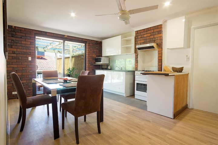 Self-contained unit 8 mins from Fremantle