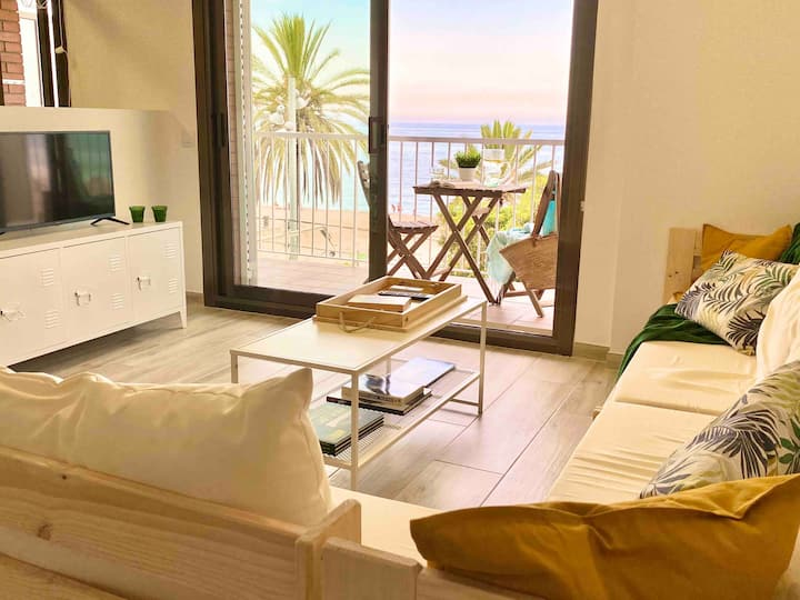 Apartment in front of beach free private carpark