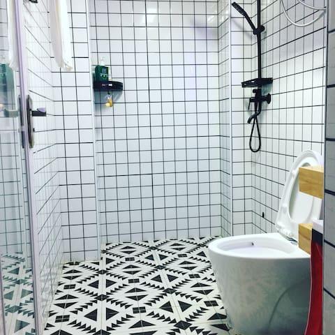 全套德国洗浴设备,美的热水器,欧普排风机黑白浴室