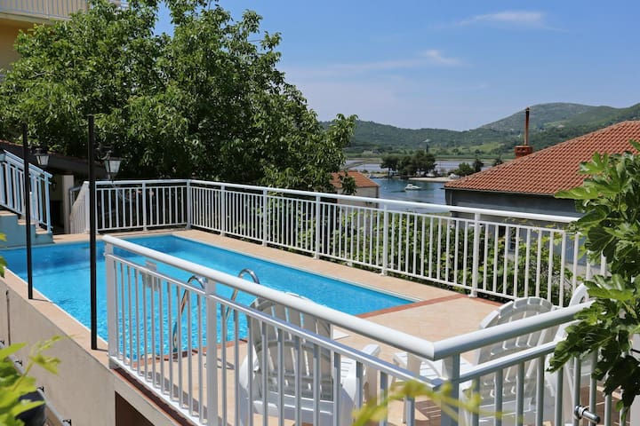 One bedroom apartment with terrace and sea view Ston (Pelješac) (A-10208-b)