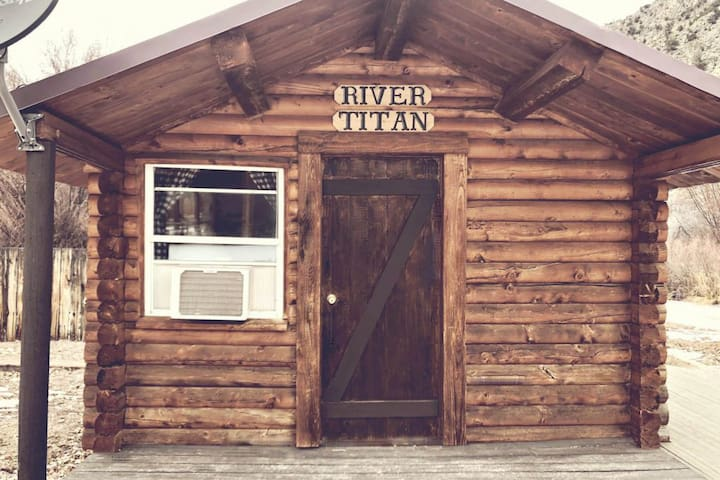 River Titan dry cabin at Hoovers River Resort