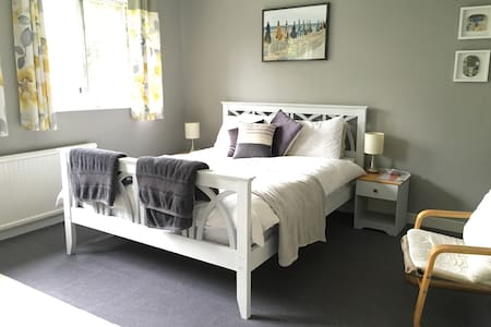 Large double bedroom in a quiet detached house. - Hazlemere - Bed & Breakfast