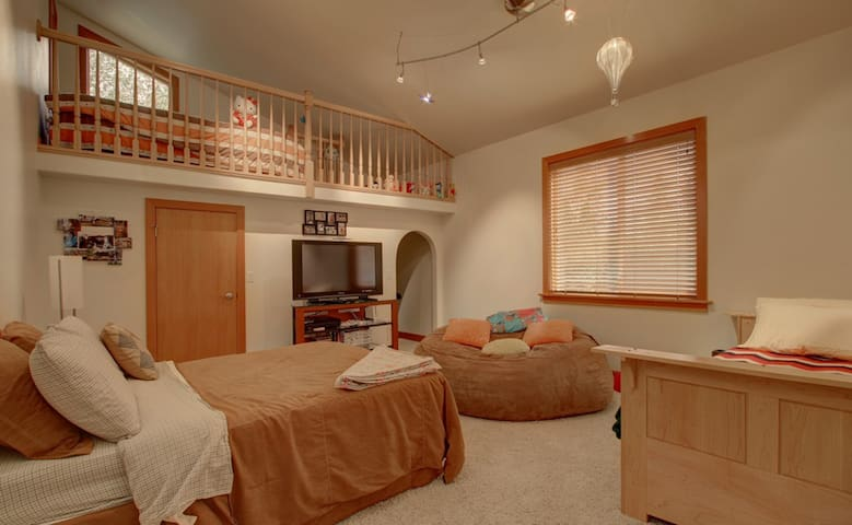 "Lake Front Luxury- ""Holly's Room"" - Big Lake - Hus"