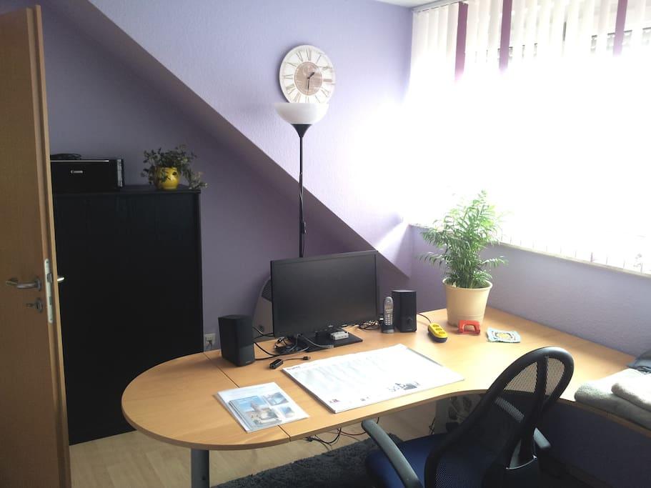 Im Gästezimmer befindet sich auch ein Schreibtisch zum Arbeiten