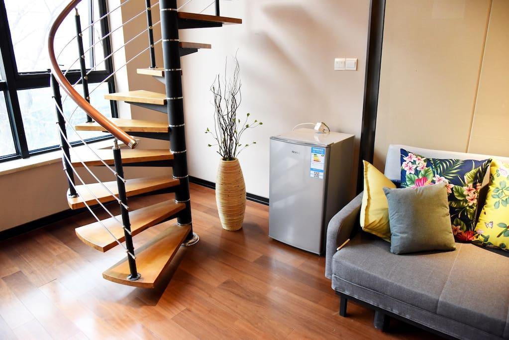 楼梯完美的区分了公共区域和休息区域