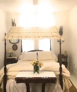 The Abbey Room Retreat - Kingston - Bed & Breakfast