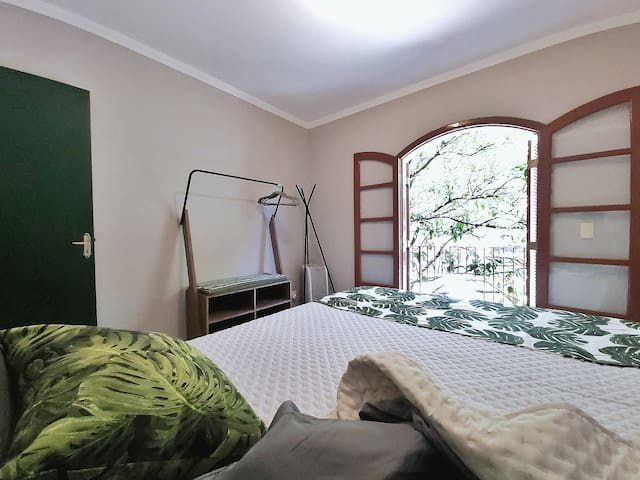 Queen Size Bedroom in a Vila near V. Mariana Metro