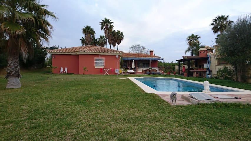 Villa with pool . 5 rooms. 1 min from Golf Course