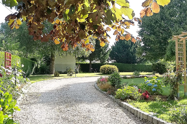 entrée dans le jardin/ entrance of the property.