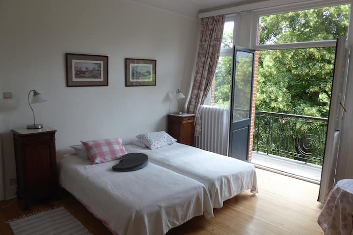 Beautiful and spacious twin bed room in Uccle
