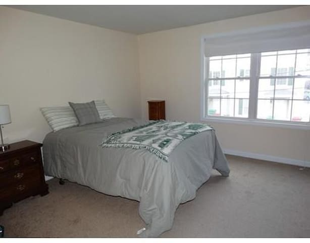 comfortable, bright bedroom - Lowell - Apartamento