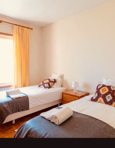 Suite  com duas camas com quarto de banho privado