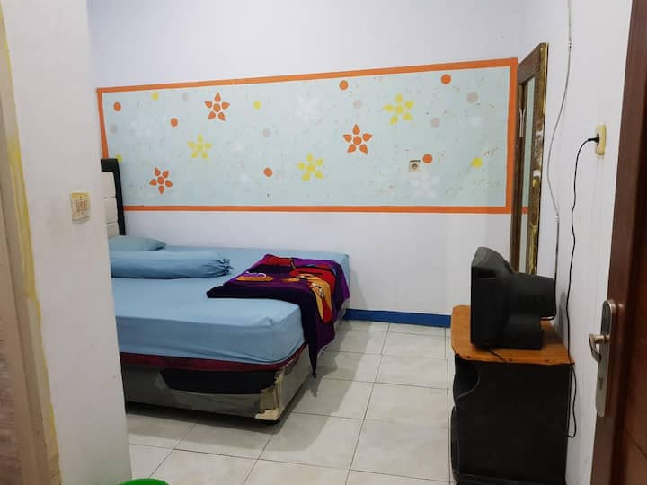 Affordable Room with Bathroom at Hotel Alifah 2