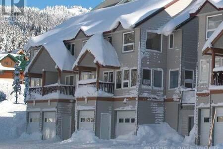 Family Retreat on Mount Washington Ski In Ski Out