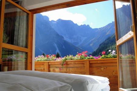 gemütliche Wohnung mit Holzofen in toller Umgebung - Obernberg am Brenner - Apartment
